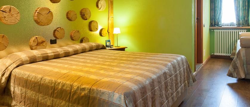 italy_milky-way-ski-area_sauze-doulx_hotel_assietta_bedroom.jpg
